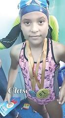 nadadores compiten, ganan y se divierten