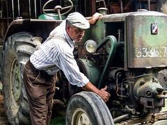 Beaucaire - Le Vieux Mas. Démarrage d'un vieux tracteur Vierzon. (Gilles Daligand) Tags: beaucaire vieuxmas démarrage start tracteur tractor vierzon