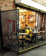 enquanto ela não chega... (luyunes) Tags: bar bares espera cenaderua fotoderua fotografiaderua mobilephotographie mobilephoto streetscene streetphotography streetphoto streetshot streetlife motozplay luciayunes