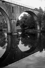 Le pont en rond (FenderTof) Tags: france doubs franche comté cléron canon 1200d et blanc noir schwartz und weiss black withe bw monochrome pont rivière eau arbre