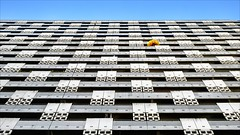 Parasol (Heinrich Plum) Tags: heinrichplum plum fuji xt2 xf1855mm fassade facade front sonnenschirm munich münchen bavaria bayern arabellapark arabellahaus hochhaus skyscraper streetphotography street streetphotographie summer sommer minimalismus minimalism