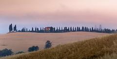 Sunrise at Val d'Orcia (Beppe Rijs) Tags: 2018 italien juli sommer toskana italy july summer tuscany sonnenaufgang sunrise himmel sky architektur feld korn