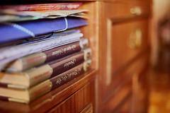 Libros olvidados / forgotten books (jdelaobra) Tags: book libro self estantería canon6d canoneos6d canonef50mmf18 bokeh desenfoque color colourful