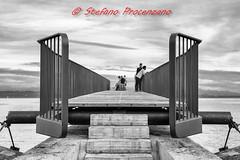 Neuchâtel, « Un accès aux  utopies » (Stefano Procenzano) Tags: neuchâtel ne svizzera ch passerelle utopies nikon nikkor nikond750 50mmf18afs 50mmf18 50mm architecture art arte modernart blackandwhite noiretblanc biancoenero nb bw monochrome d750 silverefexpro2 blackwhitephotos f18