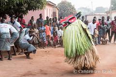 Mask and music (10b travelling / Carsten ten Brink) Tags: 10btravelling 2018 africa africaine african afrika afrique akan baoulé baule baulé bouake bouaké bwake carstentenbrink cotedivoire elfenbeinkueste iptcbasic ivorian ivorycoast westafrica africain cmtb dance danse ethnic evening group ivoirien ivoirienne mask masque tenbrink village