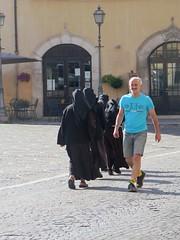 chi va, chi viene (giòvanna) Tags: sulmona people streetphotography passeggiando suore fila incontri