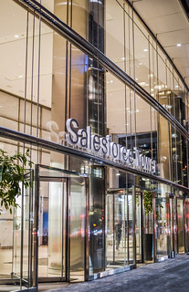 salesforce tower main lobby entrance