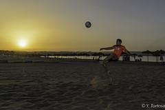 CHILENAS AL ATARDECER II (Yayo Tortosa) Tags: atardecer chilena futbol melilla2018 nikondf photowalk playa pwmelila sigma2470