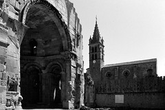 Alet-les-Bains, l'église et les ruines de l'abbaye (Philippe_28) Tags: aletlesbains aude languedoc france europe 11 24x36 argentique analogue camera photography film 135 bw nb abbaye abbey alet aleth