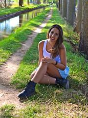 EL LARGO CAMINO DE LA  SONRISA (marthinotf) Tags: canal amistad modelo bellezafemenina cruz retratoenelcanalairelibre fotoenexteriores amiga simpatía arboleda paseo agua reflejos