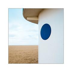 Le doigt dans l'œil jusqu'au compas. (Scubaba) Tags: europe france normandie couleurs colors bleu blue plage beach sand sable ciel sky minimal minimalisme minimalism carré square