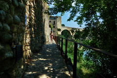 Paseando por la muralla (candi...) Tags: besalu muralla piedra río mujer chica paseo airelibre sonya77