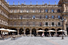 Salamanca, Plaza Mayor (Jacques Teller) Tags: salamanca spain espagne salamanque plazamayor place urbain classique cafés terraces bars facades stone sun shadow lighting landscape townscape heritage worldheritage jacquesteller nikond7200