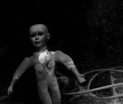 Derrière la vitre, abandonnée, elle attendait qu'on vienne pour elle (misterblue66) Tags: abandonné abandon abandonned vitre windows fenêtre poupée toys bn bw noiretblanc nb a6000 sony virton blackwhite