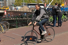 Singel - Amsterdam (Netherlands) (Meteorry) Tags: europe nederland netherlands holland paysbas noordholland amsterdam amsterdampeople candid streetscene people centrum center centre nieuwendijk singel prinshendrikkade haarlemmersluis bicycle bicyclette cyclist vélo male homme guy teen twink boy city urban olddutch jeans shoes chaussures young sneakers trainers baskets skets nike nikeairforce may 2018 meteorry