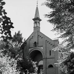 Matthäifriedhof Kappelle 7.8.2018 (rieblinga) Tags: berlin schöneberg matthäifriedhof kapelle kreuz analog hasselblad 501 c ilford fp4 sw 782018