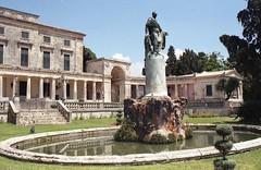 Κέρκυρα, ο κήπος των Παλαιών Ανακτόρων με το άγαλμα του Άγγλου Αρμοστή Adams.(Greece, Corfu). (Giannis Giannakitsas) Tags: greece grece griechenland κερκυρα corfu παλαια ανακτορα των αγιων μιχαηλ και γεωργιου adams canon eos 650 slr 35 mm film camera