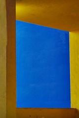 BICOLORE (cannuccia) Tags: dettagli colori giallo blu bicolore linee geometrie angoli architettura finestre windows