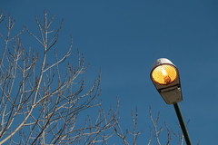 Derroche de energía / Energy waste (Ce Rey) Tags: urban light energy electricity farol lampara lamp cielo bluesky