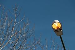 Derroche de energía / Energy waste (Ce Rey) Tags: urban light energy electricity farol lampara lamp cielo bluesky challengeyouwinner cyunanimous
