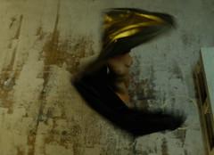 Gravità (#mimesi) Tags: body woman ruotare telo oro gravità colore contrasto fujix