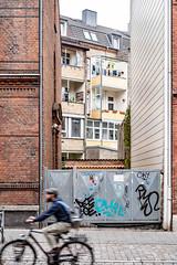 Backyard (12.08.20018) (Siebbi) Tags: balkon balcony gate tor court backyard hinterhof architecture architektur building haus house radfahrer cyclist bicycle fahrrad strasenfotografie streetphotography