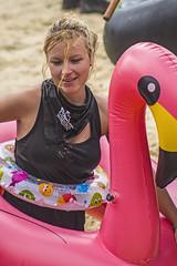... Donostia Abordatu 2018 ... (Lanpernas .) Tags: flotadores pink flamenco rosa flamingo mujer girl chica candid robado abordaia 2018 verano summer playa beach festival piratas