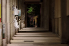 Apparition en coursive ... (Phil Chapp) Tags: flou geométrie mouvement passants coursive galerie canon 5dmarkiv