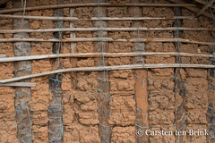 Baoulé settlement still life (10b travelling / Carsten ten Brink) Tags: 10btravelling 2018 africa africaine african afrika afrique akan baoulé baule baulé bouake bouaké bwake carstentenbrink cotedivoire elfenbeinkueste iptcbasic ivorian ivorycoast westafrica adobe africain cmtb ethnic group hut ivoirien ivoirienne mudbrick tenbrink wall