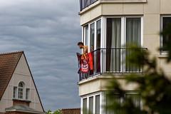 La Belgique soutient son équipe de football - Belgium supports his football team (p.franche malade - sick) Tags: homme coupedumonde supporter diablesrouges instantané drapeau jupiler urbain humain people architectory cloud nuage ciel sky gris grey sony sonyalpha65 dxo photolab bruxelles brussel brussels belgium belgique belgïe europe pfranche pascalfranche schaerbeek schaarbeek