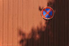 Niederösterreich Waldviertel Ottenstein_DSC0746 (reinhard_srb) Tags: niederösterreich waldviertel ottenstein wand holz rot halteverbot verkehrsschild schatten sonne geometrie haus