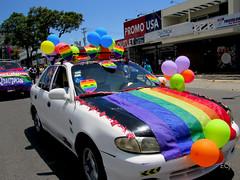 Signos externos/ External displays (vantcj1) Tags: vehículo carretera calle urbano desfile marcha cielo árboles vegetación globos bandera decoración lgbti gay orgullo igualdad diversidad manifestación