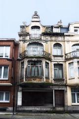 Belle epoque ? (roberke) Tags: huis house gebouw gevel fantasy architecture architectuur windows ramen vensters door deur verwaarloosd old oud street straat balkon