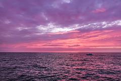 Fischerboot (*AdeCo*) Tags: boot boat sea see ostsee meer ozean ocean sunset sundown sonnenuntergang fischerboot fisherboat abend nacht abenddämmerung night bluehour magic magisch stimmungsvoll blauestunde wolken wellen clouds waves abendrot lila red