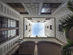 Barcelone cour intérieure IV (françoispeyne) Tags: barcelone architecture courinterieure envoyage route rue têteenhaut barcelona catalunya espagne es
