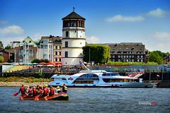 Schloßturm (K&S-Fotografie) Tags: düsseldorf rhein wasser fluss schlosturm gebäude sommer boot schlauchboot schiff ship boat wolken cloud buliding houses