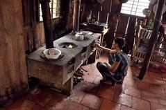 Arrière-cuisine à Vinh Long (Olivier Simard Photographie) Tags: vinhlong mekong mékong delta vietnam cantho bassac scènedevie việtnam haugiang femme asia travel cuisine cuisinière feudebois travail vie jeunefemme wok