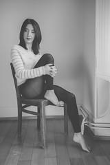 Célia (www.michelconrad.fr) Tags: jaune rouge vert bleu canon eos6d eos 6d ef24105mmf4lisusm 24105mm 24105 femme modele portrait studio noir pose chaise pull collants noiretblanc monochrome