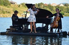 """""""Le piano du lac"""" (RarOiseau) Tags: lac spectacle lacdepelleautier musique bleu soir hautesalpes"""