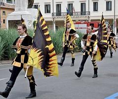 Sbandieratori. (sangiopanza2000) Tags: sbandieratori costumi bandiere sfilata marcia colori colors