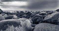 Am Strand von Trolleken (Traumfotos Trautmann) Tags: schweden steine steinstrand strand südschweden trollskogen trollwald urlaub urlaub2014 öland ostsee insel sweden sverige canon canoneos5dii canoneos5dmarkii canonef241054lisusm steinküste stones meer sea balticsea landschaft landscape schwarzweiss blackandwhite himmel bewölkung wolken regenwolken