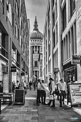 Londra... La city ... Saint Paul ... (capellini.chiara) Tags: streetphotography bnphotography blackandwhitephotography saintpaul thecity lunchtime unitedkingdom uk london londra
