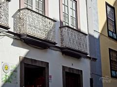 Línea de Sombra (TEVëR) Tags: santacruzdelapalma lapalma canarias airelibre arquitectura paisajeurbano luznatural luz sombra edificio balcon ventana puerta olyomdem10ii