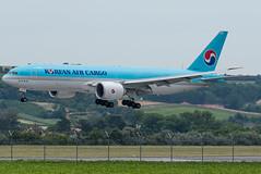 B77L_KE9525 (NVI-VIE)_HL8005_1 (VIE-Spotter) Tags: vienna vie airport airplane flugzeug flughafen planespotting wien