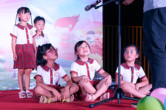 Happy Day Kindergarten Graduation 433 (C & R Driver-Burgess) Tags: stage platform ceremony parent mother father teacher child kids boy girl preschooler small little young pretty sing dance celebrate pink dress skirt red plaid white blouse 台 爸爸 妈妈 父亲 母亲 父母 儿子 女儿 孩子 幼儿 粉红色的 衬衫 短裤 篮球 跳舞 唱歌 漂亮 帅 好看 小 people uniform sit crosslegged class 笑 坐 眼镜 glasses smile grin microphone tamronspaf2875mmf28xrdildasphericalif
