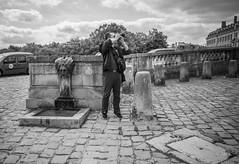en passant par Versailles (Jack_from_Paris) Tags: l1011885bw leica m type 240 10770 leicaelmaritm28mmf28asph 11606 dng mode lightroom capture nx2 rangefinder télémétrique bw noiretblanc noir et blanc monochrom wide angle street château de versailles visite portrait regards touristes soleil sun cour pavés le photographe photographié