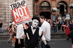 Protest Trump's visit (Gary Kinsman) Tags: whitehall resist resistance protesttrumpsvisit london fujix100t fujifilmx100t westminster sw1 2018 candid streetphotography streetlife protest demonstration trump donaldtrump dumptrump plackard flash politics people person seen visible eyecontact fujifilmxpro1efx20 efx20 carnivalofresistance trumpnotwelcome charliechaplin