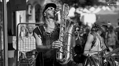 Spectacle de rue (Laurent Spotter) Tags: rue spectacle portrait noirblanc blackwhite chalonsdanslarue chalonssursaone france canoneos5dmarkii canonef100400mmf4556lisusm musique saxo saxophone canonfrance