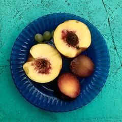 Desayuno de campeones (Juliproducciones) Tags: fruta durazno plato