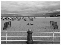 a cloudy day at the beach (RadarO´Reilly) Tags: travemünde hl sh strand beach himmel sky wolken clouds sw schwarzweis bw blackwhite blanconegro noiretblanc monochrome zwartwit ostsee balticsea trave